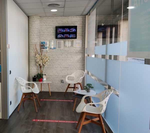 Sala de espera de clínica dental Llagostera